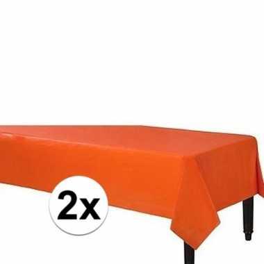 2x plastic tafelkleed oranje 140 240