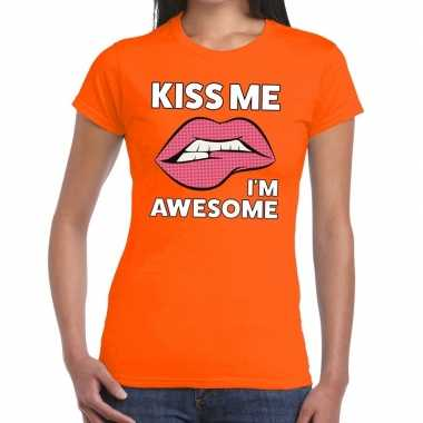 Kiss me i am awesome t shirt oranje dames