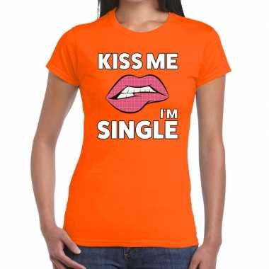 Kiss me i am single t shirt oranje dames